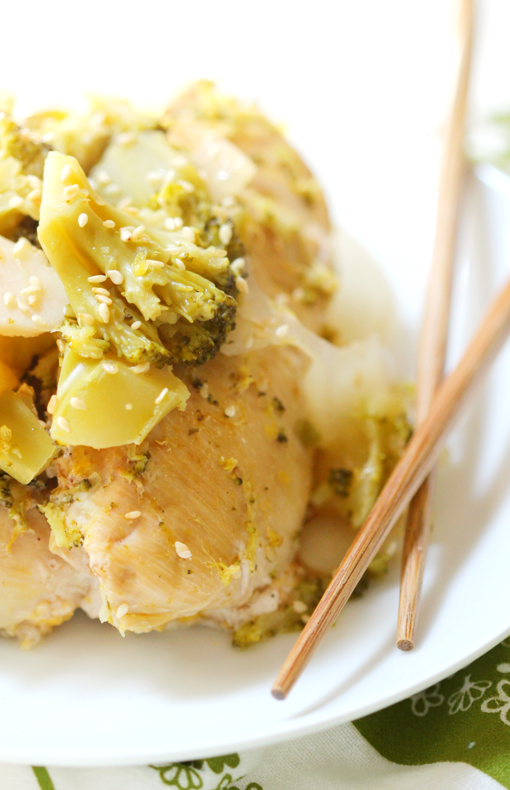 Slow Cooker Orange Sesame Broccoli Chicken | Strength and Sunshine @RebeccaGF666 Classic Asian flavors made easy, gluten-free, & paleo in the slow cooker! Slow cooker orange sesame broccoli chicken is a no-fuss weeknight dinner recipe that will have you leaving take-out at the door!