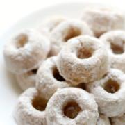 white-plate-mini-powdered-doughnuts-pin